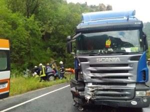 Верижна катастрофа! Тир и два автомобила са се ударили край Пловдив