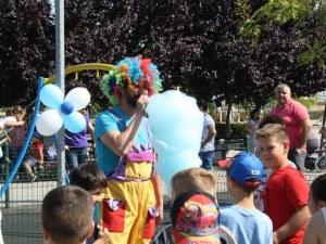 Магическо парти с клоуни и аниматори зарадва децата на Раковски СНИМКИ