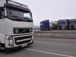 Турски шофьор яде на магистралата, пловдивски тир го помете