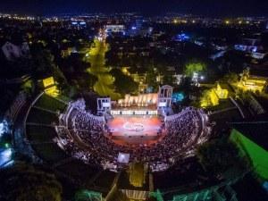 Народна музика огласи Античния театър! Танцьори изправиха публиката на крака СНИМКИ