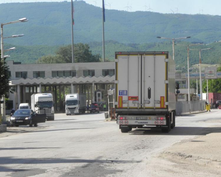 Колосално: 254 хиляди лева глоба за български тираджия, превозвал 12 тона спирт