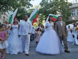 Поход за семейството днес в Пловдив! Булки и младоженци тръгват по центъра
