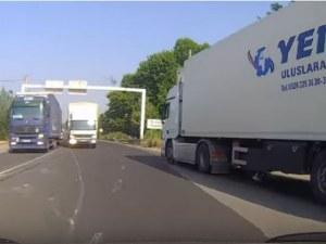 """На косъм от меле: Турски камион не спира на знак """"Стоп"""" край Пловдив ВИДЕО"""