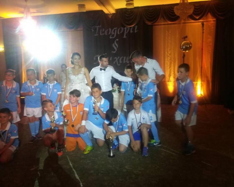 Цял футболен отбор изненада треньора от Локо Михаел Ангелов на сватбата му
