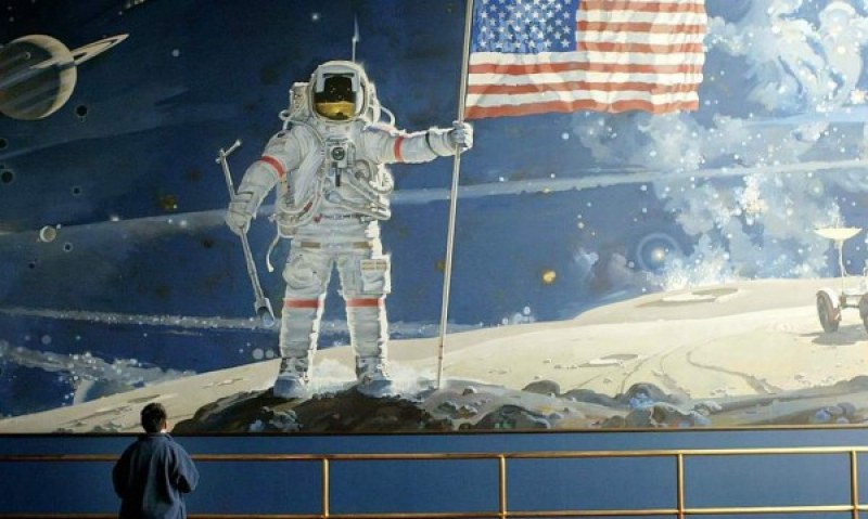 Жена съди НАСА - искат да й вземат пясъка от Луната, подарен й от Нийл Армстронг