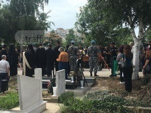 Близки, военни и министри си взимат последно сбогом със загиналите в авиокатастрофата в Пловдив ВИДЕО+СНИМКИ