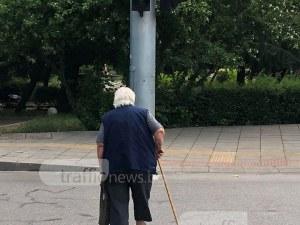 Пловдивска баба тръгна да пресича на червено, автомобил НЕ я удари! СНИМКИ