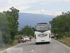 Тежка катастрофа край Карлово, моторист се вряза в кола СНИМКА