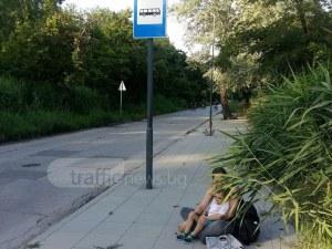 Срам! Майка с дете чака рейс в Пловдив седнала на... земята СНИМКИ