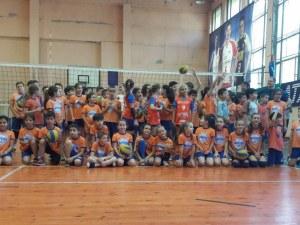 Над 60 деца играха волейбол в празника на Виктория Волей