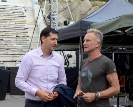 Кметът Тотев се срещна със Стинг насред Античния театър, подари му тениска СНИМКИ