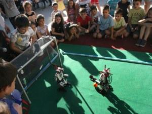 Роботи ритат топка и редят кубчето Рубик в мола! Забавата е гарантирана!