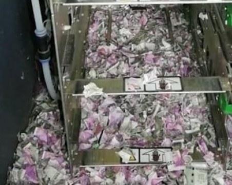 Техници откриха хиляди долари, изгризани от мишки, в неработещ банкомат ВИДЕО