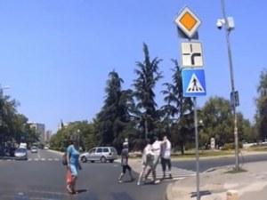 Пешеходец и шофьор си размениха ритници и юмруци след спор на пътя СНИМКИ