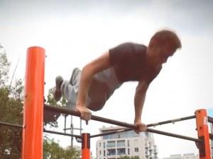 Поклон! Владимир показва силата на човешкия дух - хвърли патериците, за да се качи на лоста ВИДЕО