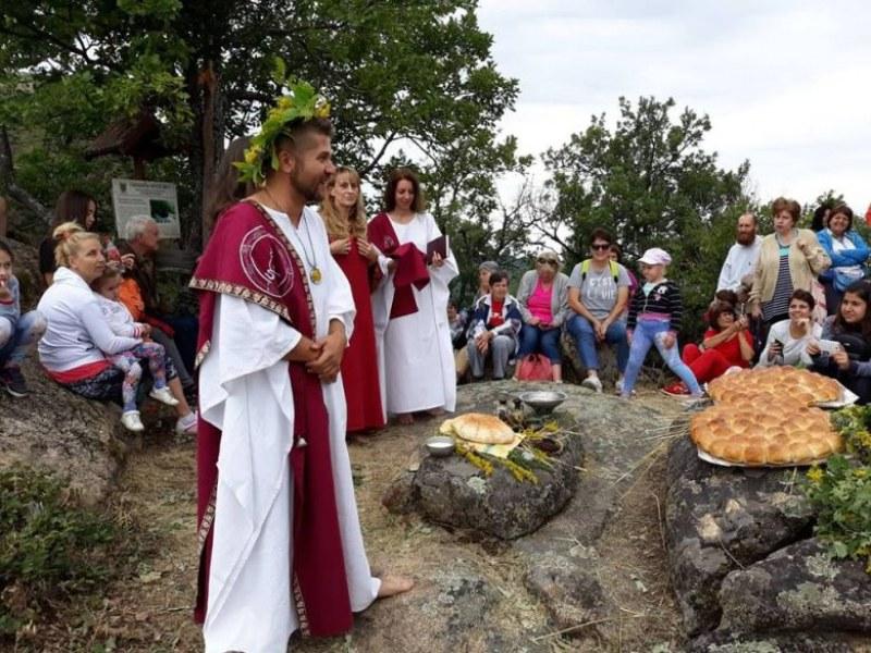 Древен ритуал, хляб от лимец и сач по тракийски омаяха туристите край Брезово на Еньовден СНИМКИ