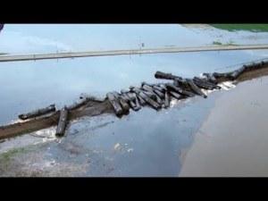 Влак дерайлира и изля тонове петрол в река ВИДЕО