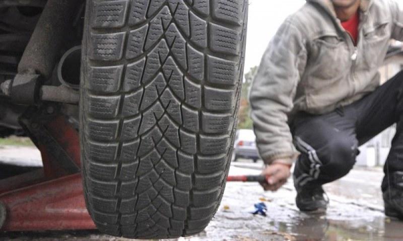 Всеки 3-ти кара със зимни гуми през лятото, ето какво може да му се случи