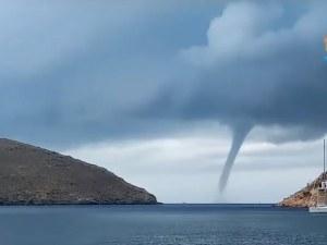 Рядък феномен - торнадо над гръцки остров ВИДЕО