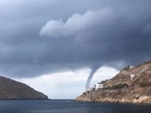 Торнадо се изви над гръцки остров ВИДЕО