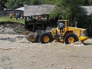 Потопът не подмина и Румъния! Стотици са евакуирани, един загина