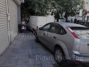 Пловдивчанка с детска количка слаломира между неправилно паркирали автомобили СНИМКИ
