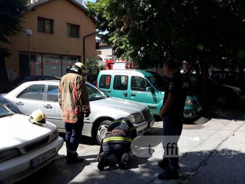 Полиция и пожарна блокираха пловдивска улица! Оглеждат сив мерцедес СНИМКИ