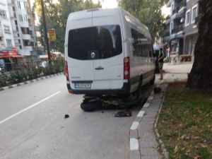 Моторист се заби в бус в Асеновград, откараха пострадалия с линейка