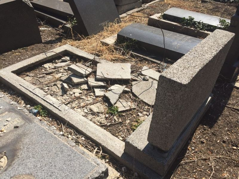 Вандали изпотрошиха 11 надгробни плочи в централен гробищен парк