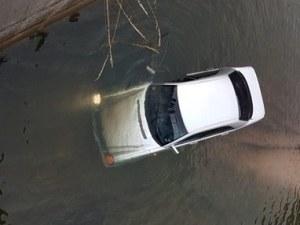 Кола падна в рибарник край Смолян СНИМКА+ВИДЕО