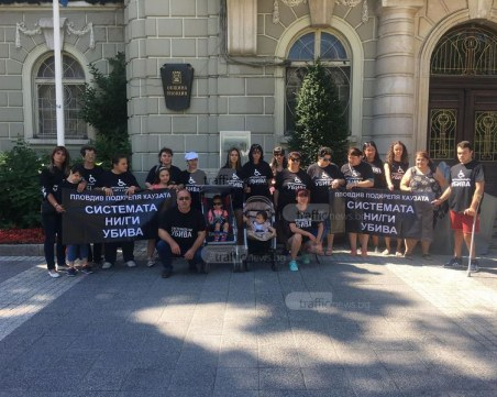 Родителите на деца с увреждания излязоха на протест в Пловдив СНИМКИ и ВИДЕО