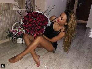 Бисера Маринова се похвали с пръстен с диамант и море от рози за рождения си ден СНИМКИ