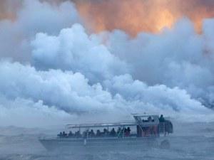 Лава от вулкан застигна туристическо корабче и рани 23-ма