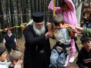 Спряха тока в приюта на отец Иван заради дългове, деца спят на палатки