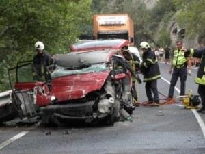 Тежка катастрофа! Мъж загина, а двама са ранени след челен сблъсък