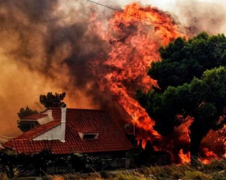Огненият ад в Гърция заснет от хеликоптер ВИДЕО