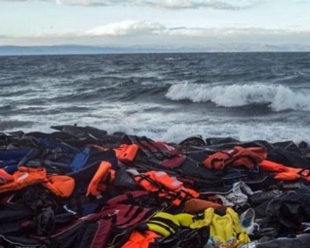 Шест души и три бебета загинаха при потъването на лодка край Турция