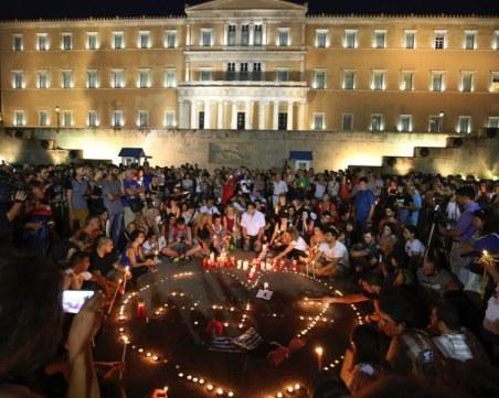 Стотици запалиха свещ на бдение в памет на жертвите в пожарите край Атина