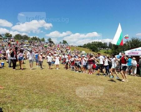 Шотландец се надсвирва с българските гайдари в Гела, хиляди са на поляните СНИМКИ