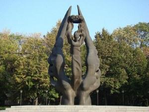 Гавра! Скейтъри оскверняват Паметника на Съединението СНИМКИ