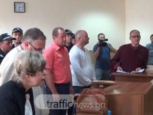 Съпругата на арестувания шеф от Здравната каса води поп в съда за кадем