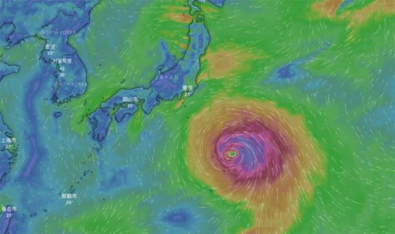 Голям тайфун наближава към Япония, 90 000 са евакуирани