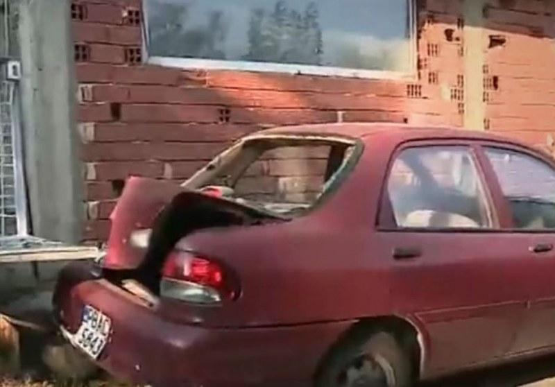 Междусъседска война край Пловдив! Мъж потроши кола заради кучешки лай ВИДЕО