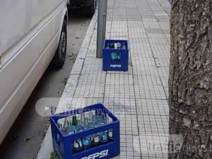 Пловдивски ресторант си пази паркоместа с... каси с празни шишета СНИМКИ