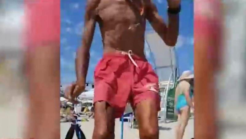 Бой на плажа! Спасител ритна плажуващ, той му отвърна