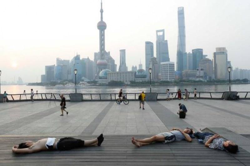 Невиждани жеги в Шанхай, хората масово спят навън