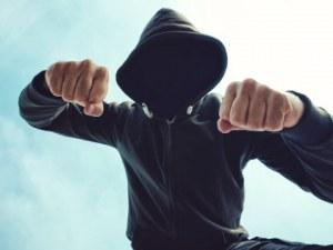 Мъж налетя на бой на двама в Пловдив, полицията спря разправата