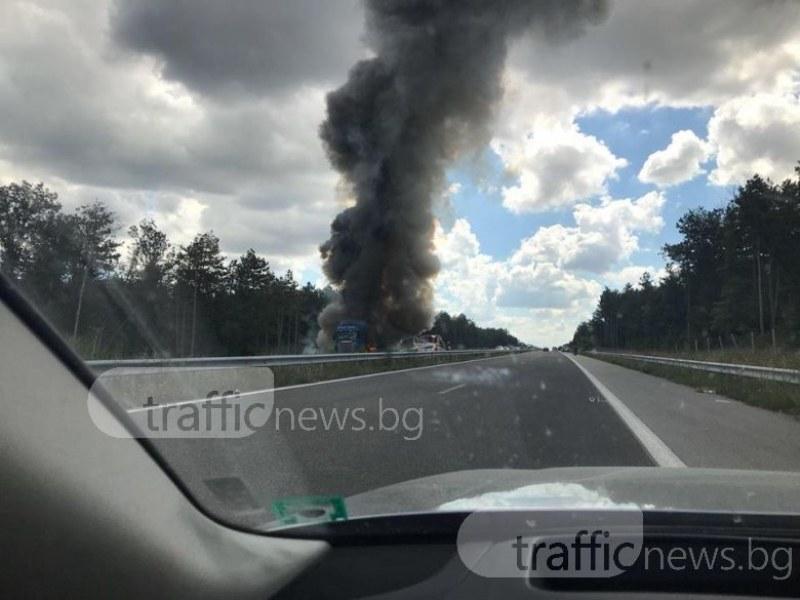 Тир гори на магистрала Марица в посока Пловдив! Движението е затворено ВИДЕО+СНИМКИ