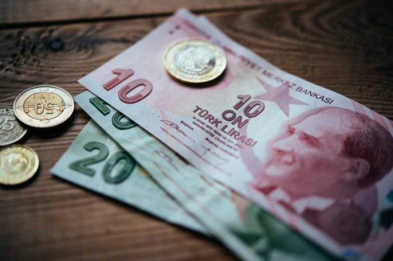Турската лира се срина, обменните бюра в Истанбул затвориха врати