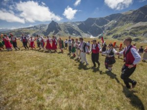 300 души се хванаха на хоро на Рила в опит за рекорд на Гинес
